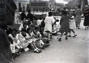 4- Un gruppo di Piccole Italiane davanti al padiglione del cioccolato Cima alla Fiera Campionaria di Milano.
